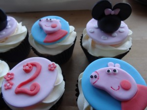 Pepper pig and minnie mouse cupcakes
