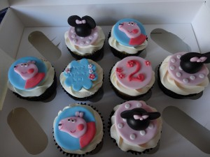 Pepper pig and minnie mosue cupcakes