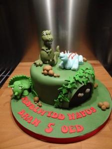 Dinky dinosaur cake